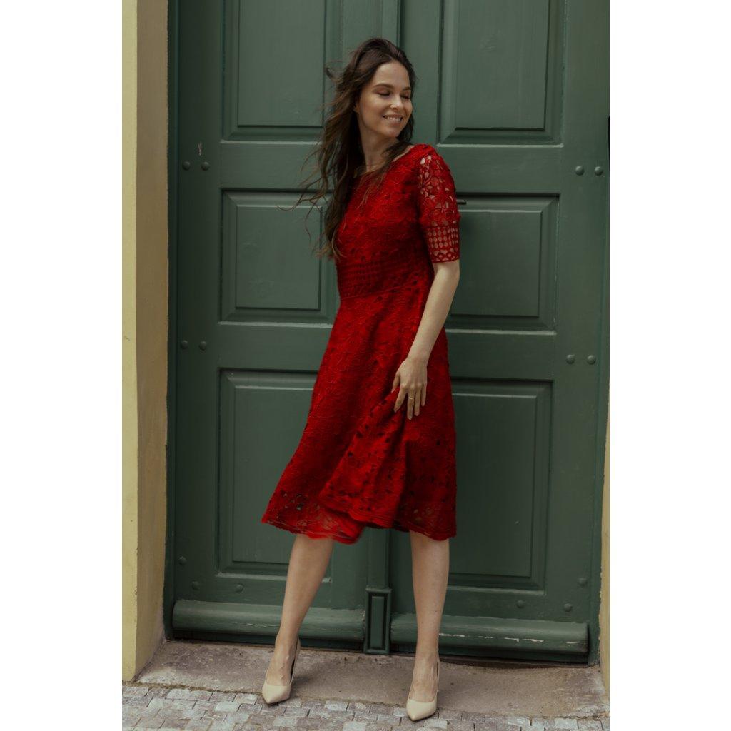 Krátké krajkové šaty s krátkým rukávem